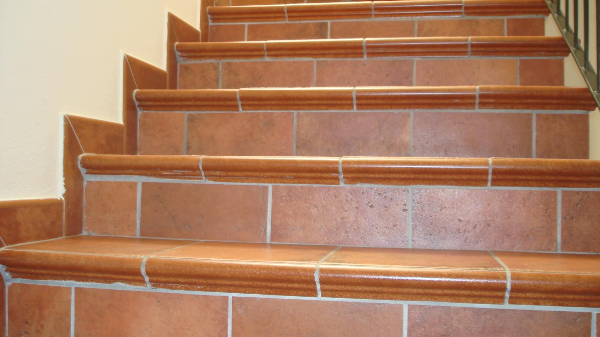 Gradini monolitici in gres porcellanato for Gres porcellanato per scale interne